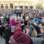 Don Matteo abbraccio di folla 10