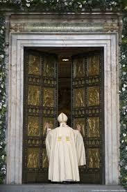 Francesco apre la Porta Santa 2