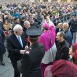 Don Matteo abbraccio di folla 11