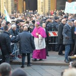 Don Matteo abbraccio di folla 8